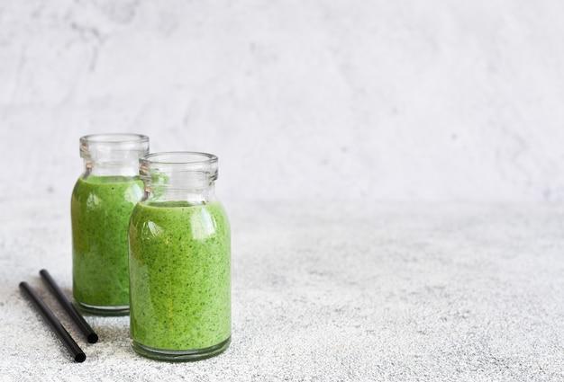 Smoothie verde desintoxicante com espinafre em pote