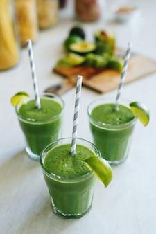 Smoothie verde em um copo