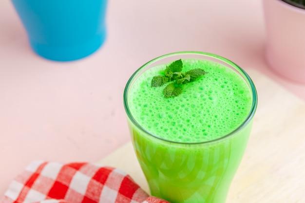 Smoothie verde em vidro