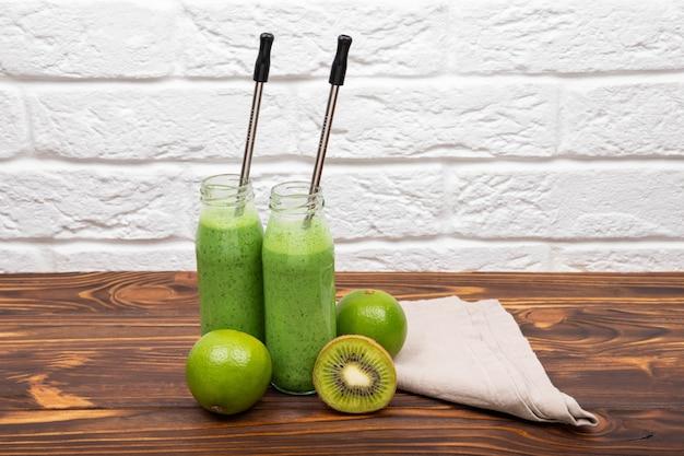 Smoothie verde fresco em smoothies saudáveis de fundo de madeira rústico