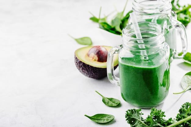 Smoothie verde fresco feito em garrafa