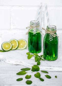 Smoothie verde na superfície branca