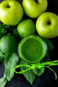 Smoothie verde perto de ingredientes