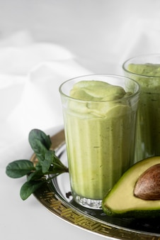 Smoothie verde saboroso com abacate