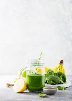 Smoothie verde saudável com espinafre em frasco de vidro