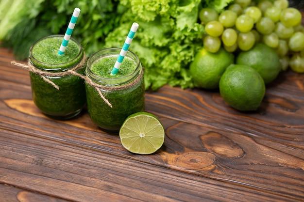Smoothie verde saudável com espinafre em um conceito de dieta de desintoxicação em frasco