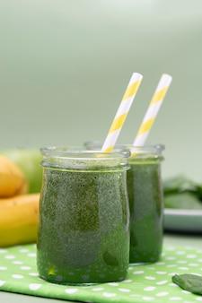 Smoothie verde saudável, fundo verde. desintoxicação, dieta.