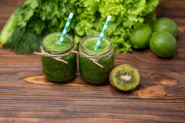 Smoothie verde saudável vegetariano de uvas kiwi abacate e limão