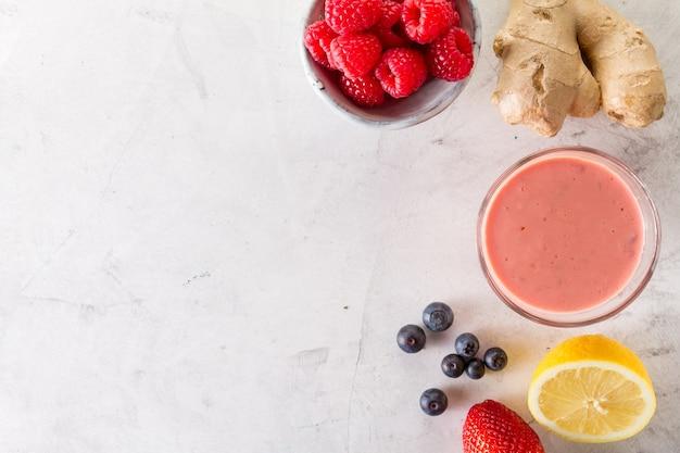 Smoothie vermelho fresco com rapsberries