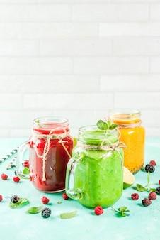 Smoothies coloridos de frutas e legumes