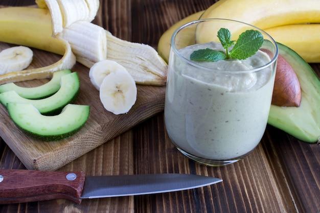 Smoothies com abacate e banana na mesa de madeira marrom