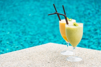 Smoothies com fundo de piscina