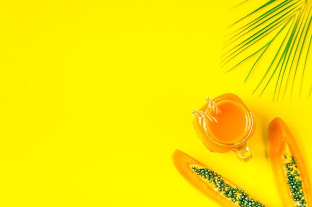 Smoothies / coquetel / suco em um pastel brilhante, conceito de verão.