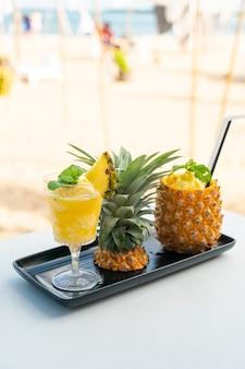 Smoothies de abacaxi fresco com fundo de praia