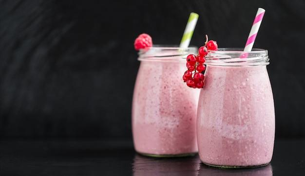 Smoothies de baga rosa com groselha e cranberry, foco seletivo
