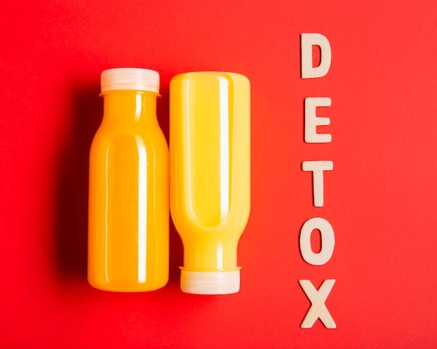 Smoothies de laranja com letras de desintoxicação
