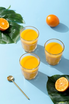 Smoothies de laranja fresco de alto ângulo