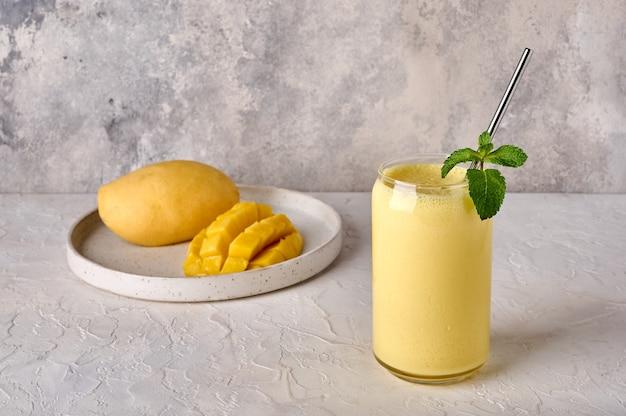 Smoothies de manga lassi ou milkshake em fundo claro bebida tradicional indiana com especiarias de iogurte