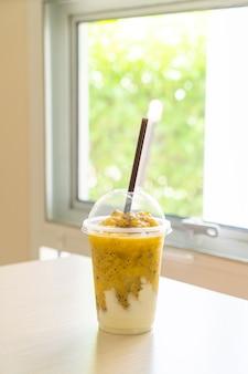 Smoothies de maracujá fresco com iogurte em copo