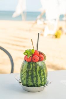 Smoothies de melancia fresca com fundo de praia