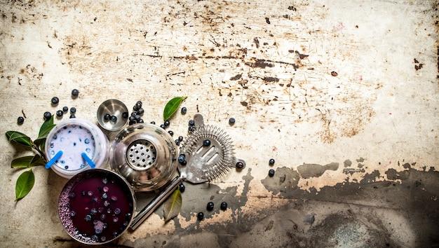 Smoothies de mirtilo e coquetéis frescos. sobre um antigo fundo rústico.