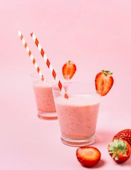Smoothies de morango com fundo rosa