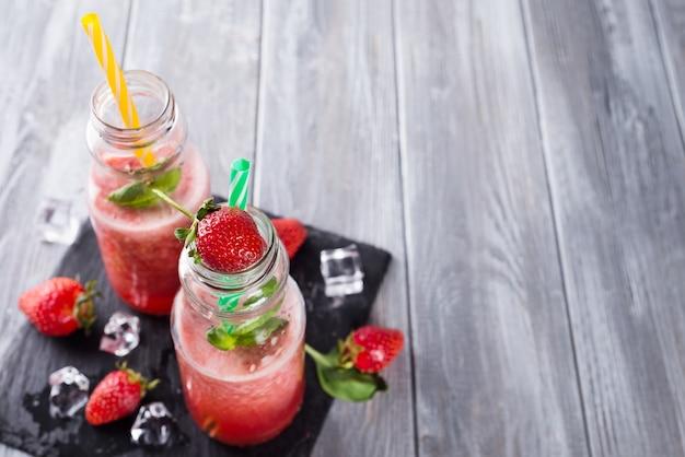 Smoothies de morango em garrafas
