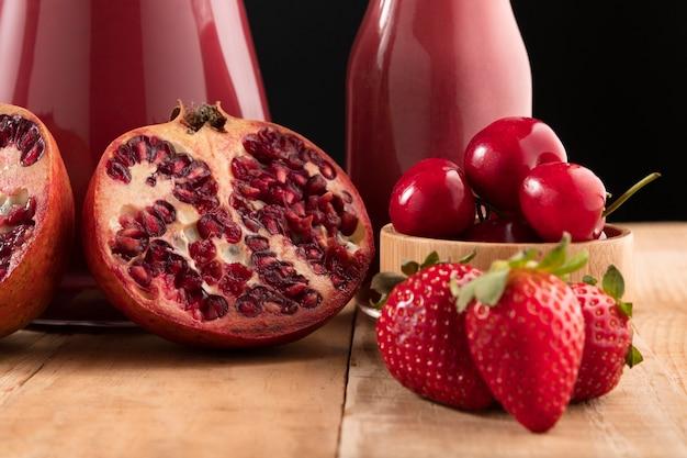 Smoothies de vista frontal com frutas vermelhas