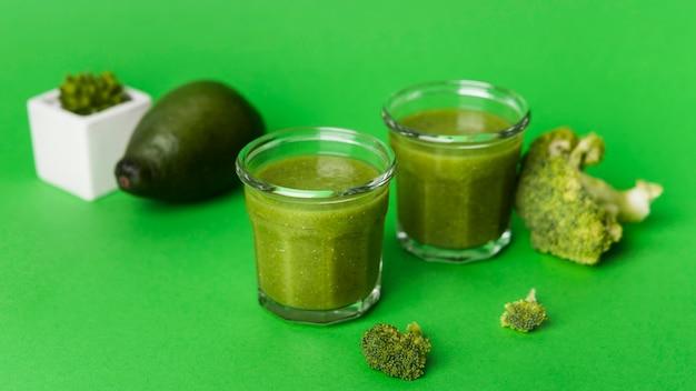 Smoothies naturais com fundo verde