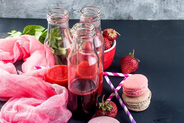Smoothies refrescantes de morango e mirtilo