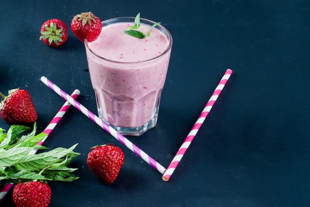 Smoothies refrescantes de morango e mirtilo