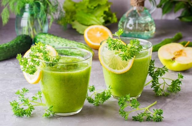 Smoothies refrescantes em copos transparentes na mesa