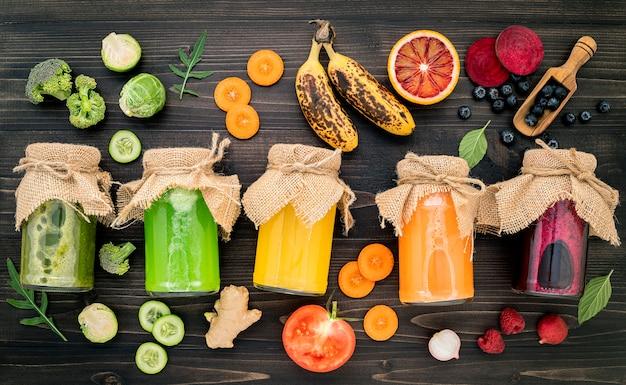 Smoothies saudáveis coloridos sobre fundo de madeira