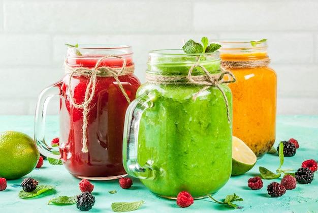 Smoothies saudáveis de frutas e vegetais frescos com ingredientes