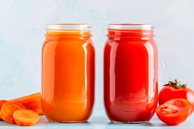 Smoothies / suco de cor laranja / vermelho em uma jarra