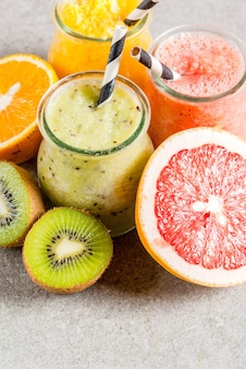 Smoothies tropicais caseiros com frutas cruas