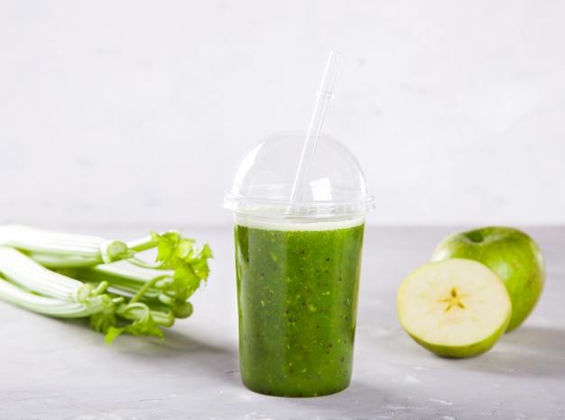 Smoothies verde. beber coquetel de espinafre,