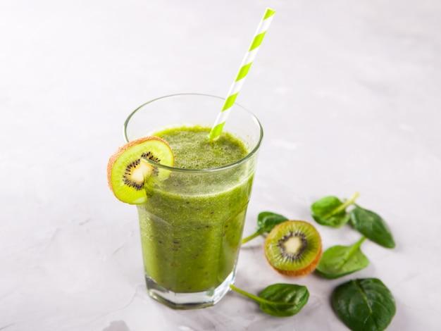 Smoothies verde. verão refrescante bebida.