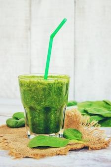 Smoothies verdes com legumes e frutas. dia de desintoxicação. emagrecimento e excreção de escória. alimentação saudável. foco seletivo.