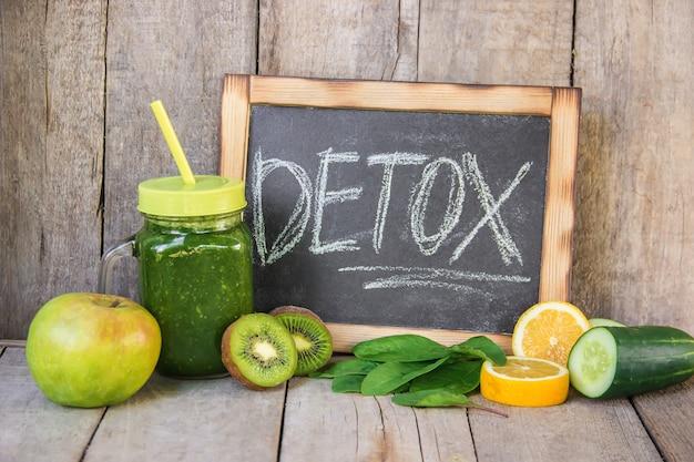 Smoothies verdes com legumes e frutas. dia de desintoxicação.