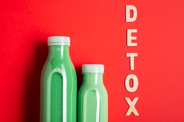 Smoothies verdes com letras de desintoxicação