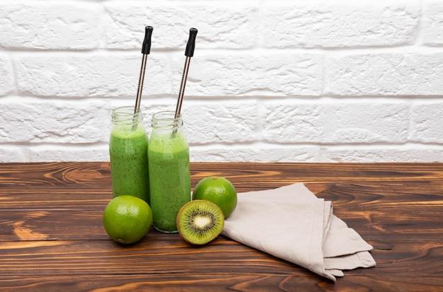 Smoothies verdes saudáveis coloridos smoothie saudável com espinafre