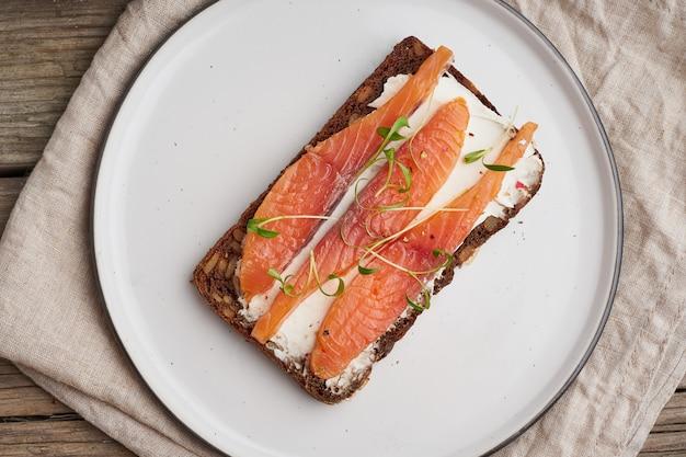 Smorrebrod, sanduíches dinamarqueses abertos. pão de centeio preto com salmão, queijo creme
