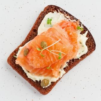 Smorrebrod - sanduíches tradicionais dinamarqueses. pão de centeio preto com salmão