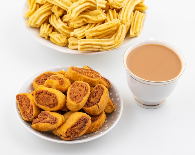 Snack indiano picante tradicional bhakarwadi com ghatiya