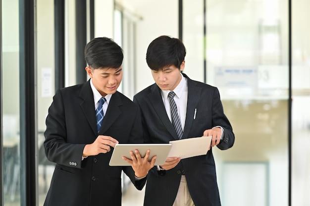 Snap shot com empresário consultar e reunião com conversa de negócios.