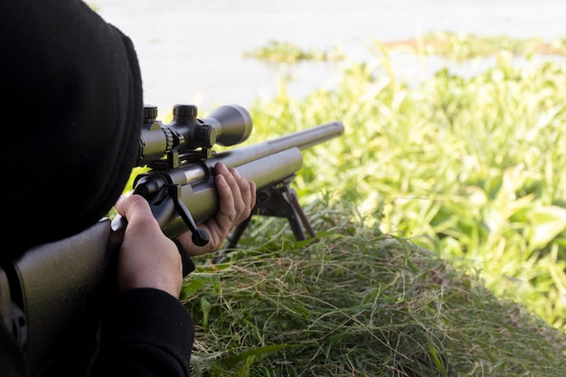 Sniper atirando com um rifle