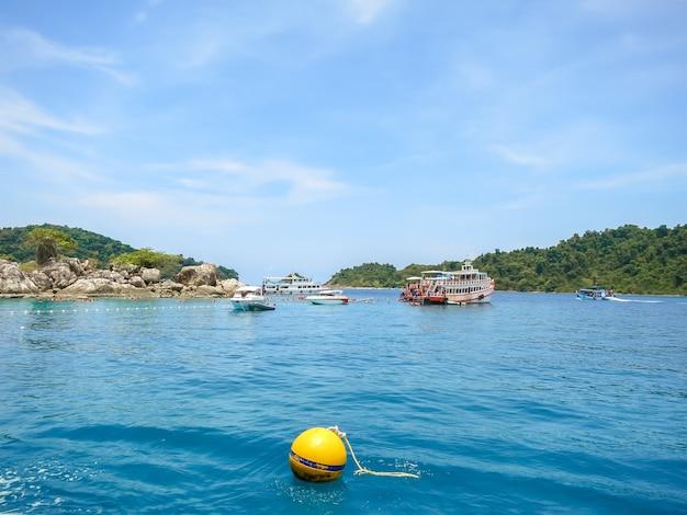 Snorkeling em koh yak yai na área de koh chang, tailândia.