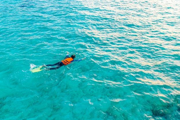 Snorkeling na ilha tropical das maldivas.