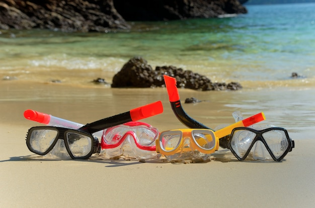 Snorkels na areia da praia tropical